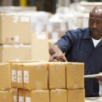 Getinte man die met clipboard in fulfilment center de orders nagaat